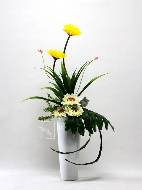 客厅插花可大方些,如扇形或孔雀开屏形